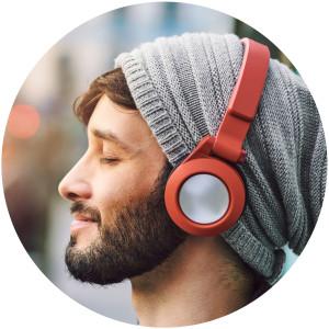 Mann hört Musik mit Kopfhörer