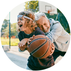 Großvater spielt mit Enkel Basketball