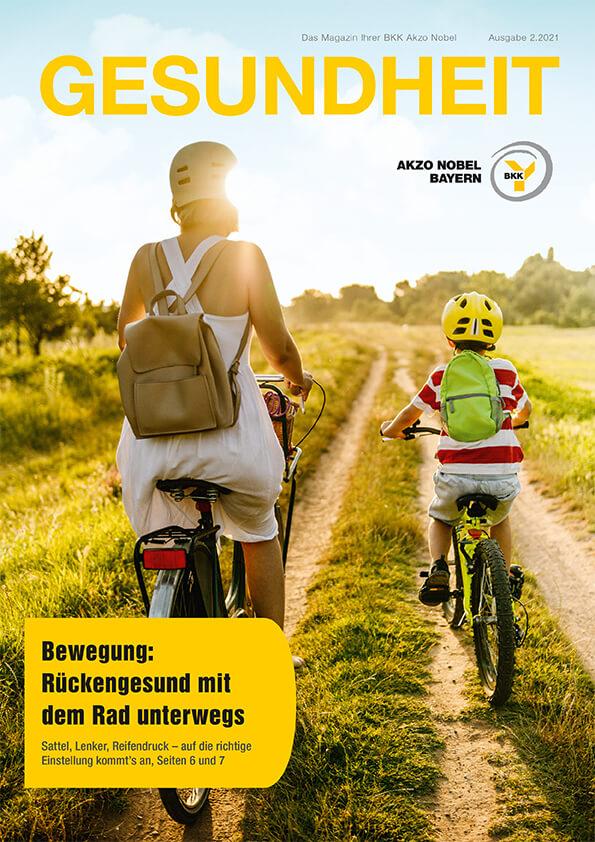 Mutter und Kind fahren mit dem Rad durch grüne Landschaft