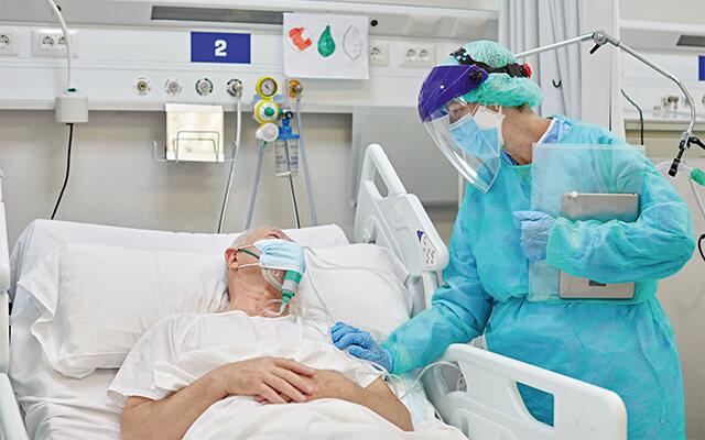 Intensivmediziner am Bett eines Patienten