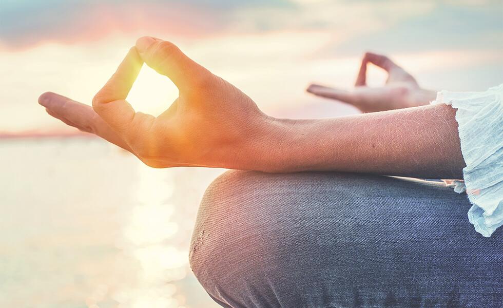 Frau in entspannter Yogastellung